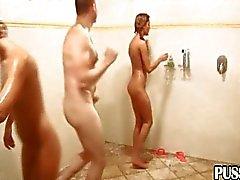 Random grupp i offentliga duschar