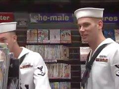 Marineros en la tienda de libros