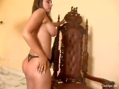 Busty brunette di Erica di Campbell ottiene nudo e mostra fuori guardi in webcam