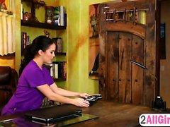 Megan Rain gör det deep massagen i Karlie Montana blöta fitta