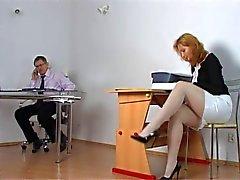 Ondeugende student krijgt gestraft door leraar