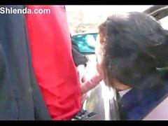 Jeune prostituée étudiant suce pour vieil homme dans la voiture. Extérieur