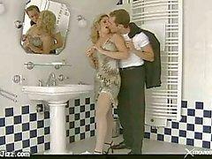 Geweldige sex op een vloer in een toilet