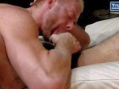 Blonde Bärtige Hunk nimmt Hairy Muscle Stud der Uncut-Hahn