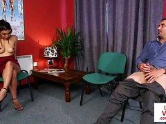 Voyeur CFNM instruye jerkoff en la oficina del doc