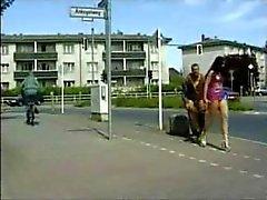 Couple germano incroyables baiser en public