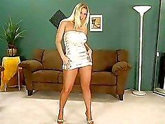 Heerlijke blonde model opstijgen haar panty