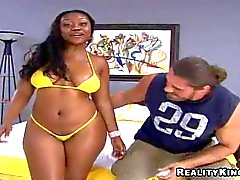 De chicas Negro en bikini se burla de ella amplio culo engrasada