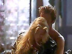 Bo di Derek in topless si trova nella base con un ragazzo come bacia ,