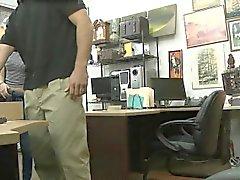 Jolie brune Pawns chatte et le baisée par pion guy