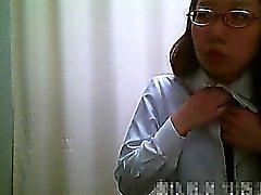 Vestuario spycam muestra chicas asiáticas quitando una bata rosa