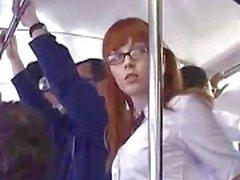 Los dedos la colegiala japonesa follada en autobús