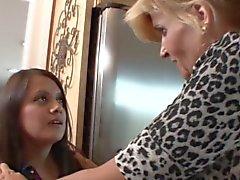 Vaaleat MILF hänen stepdaughter vietellä piika