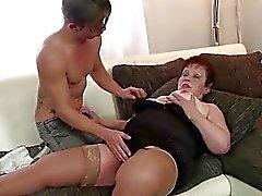 de mamie Joufflu satisfaire une jeune mâle