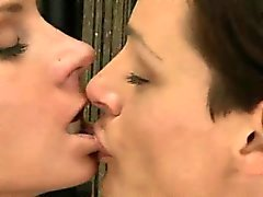 Madura brunette bebê lesbiana começa seu bichano lamberam