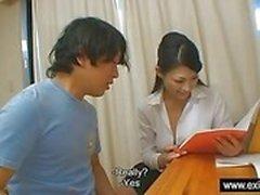 Japon öğretmeni Ryo, öğrencisini ödüllendiriyor