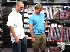Aarón y de Devin están cruzando en un almacén de vídeo para adultos local.