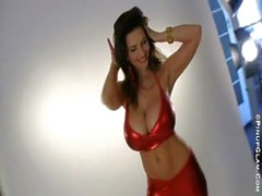 Denise milani de rojo