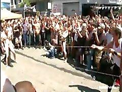 Dude is vastgebonden en gangbanged buiten in het openbaar met veel watchers