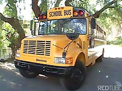 Jeunes doux de étudiante blonde suce et le chauffeur de bus scolaires