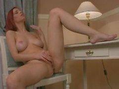 Linda pelirroja ama doblar su coño solo después de desnudar