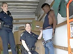 Cops di succhiargli il cazzo sospetti il nero nei lo spostamento van