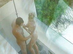 Um chuveiro ao ar livre com loira gostosa