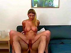 Blonde met grote natuurlijke tieten in porno casting