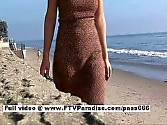 Liliana underbara brunett tjej promenader på stranden och sedan till en tabell