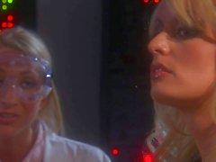Blondes del fuera del control a Sammie en Rodas y tormentosa de Daniels