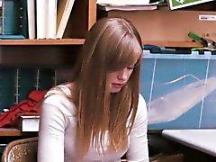 Jolie étudiant pâle attrapé vol à l'étalage et éperonne dur pour elle