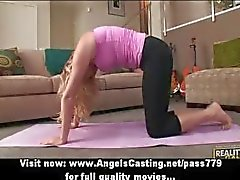 Blonde milf doet yoga en blowjob voor buur man in yoga houdingen