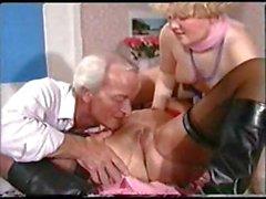 Extrême Kink allemande du une blonde potelée , une rousse maturité et un vieux pet