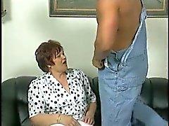 Chubby Granny in witte kousen neukt