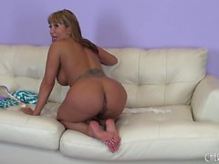 Big boobed asiate Ava Devine pose et suce son gode