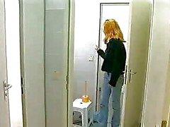 Monika Goes in een openbaar toilet Booth te masturberen
