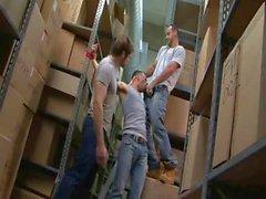 Tres muchachos hot jugar en el almacén de