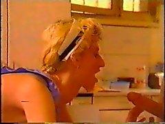 due ragazzi a doppia stuff loro domestica in tavola