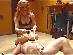 Mistress на кожах & нейлоны играя с ее связанной ведомого
