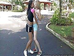 Kut likken tiener lesbiennes hebben hete Outdoor XXX