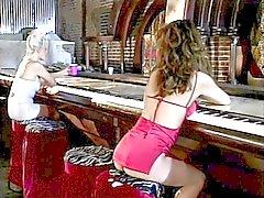 Prachtige blonde lesbische accosts sexy brunette in rode neukt haar daarna met strapon