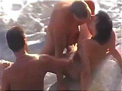 Cockold deixa foder sua esposa na praia por um estranho
