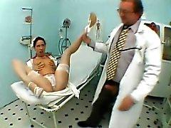 Seksikäs hoikat nymfomaani sukat paljastaa hänen suullinen taito klinikalle