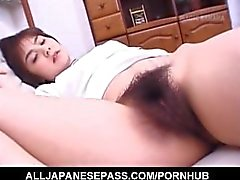 Hitomi Kiryuu asiática recebe dedos na boceta peluda enquanto dorme