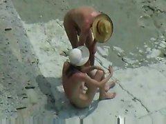 Cabrones pareja en la playa desnudo
