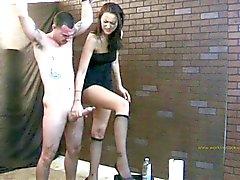 Alexis jerks hem af op haar been terwijl hij vastgebonden .