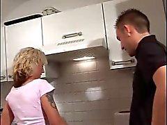 Een andere Duitse MILF geneukt in de keuken