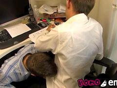 Unschuldiger schauender Twink saugt seinen Liebhaber ab, während er arbeitet