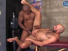 Trainer Diesel Washington nutzt seine Fledermaus auf Krug Eric Nero.