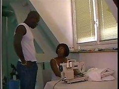 Zwarte Milf Dressmaker stoppen met haar werk aan te nemen in de kont